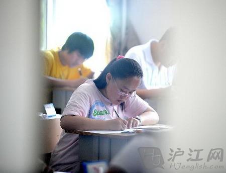 考生正在高考
