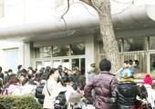 考生们有序排队进考场