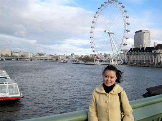 楠楠在泰晤士河上,背后就是著名的伦敦眼