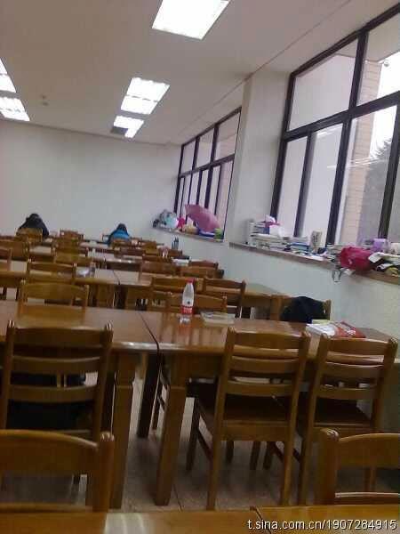 冷清干净的图书馆(微博来源:倪雨霏 )