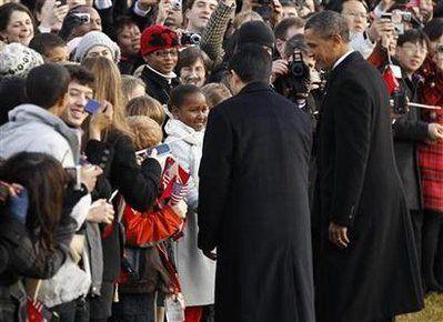 奥巴马向胡锦涛介绍自己9岁的女儿萨莎(站在中间,身穿白衣)。