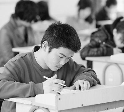 """3月19日,俗称""""小高考""""的浙江省普通高校招生英语听力、信息技术和通用技术三项考试进行。每个考生都有两次考试机会,以最好成绩计入高考成绩。图为诸暨市天马学校考点考生在进行英语听力考试。   骆善新摄(人民图片)"""