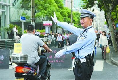 黄浦交警在考场外维持秩序 何雯亚 现场图片