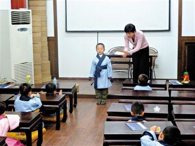 成贤国学馆的小学员在老师