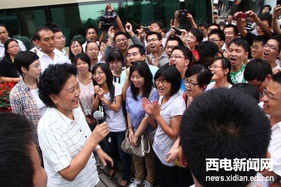 9月4日,中共中央政治局委员、国务委员刘延东在教育部部长袁贵仁、陕西省省长赵正永等陪同下视察我校。这是刘延东与在场师生交流,受到热烈欢迎。