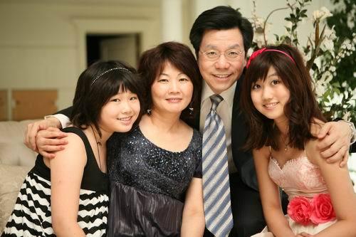 李开复的女儿读大学前的全家福