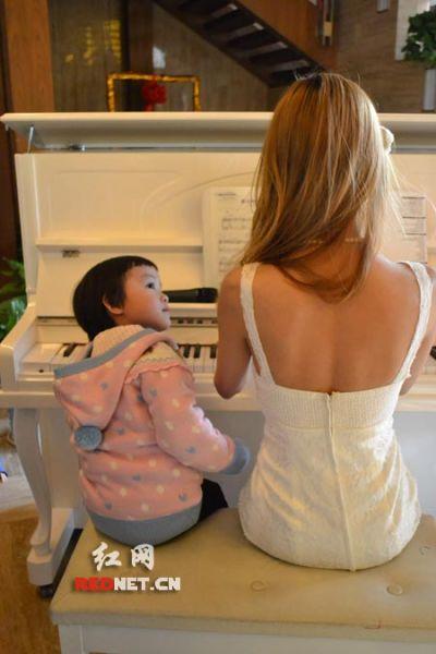 性感的美女外教为大家弹奏钢琴曲。