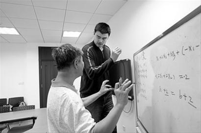 姚明右在上海交通大学单独上数学课。新华社发杜欣