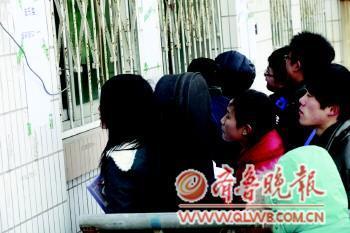 7日,聊城大学音乐学院楼前,考生正在报名。本报记者 李军 摄
