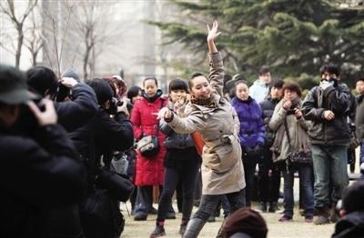 昨日,北京电影学院,一位面试表演系的考生在场外展示舞蹈。本报记者 浦峰 摄