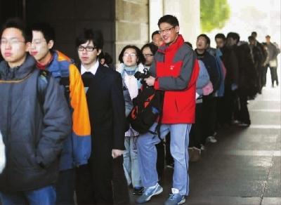 上海考生上午排队乘车前去学校面试