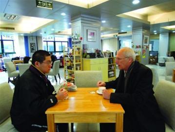 □AndrysOnsman与冯杨边喝咖啡边聊 《钱江晚报》供图
