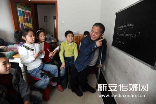 孩子们很爱往许书明家跑,因为他讲英语总是很风趣。