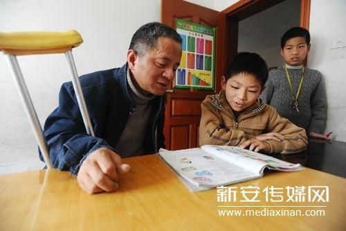 许书明给一位小学生讲解英语语法。