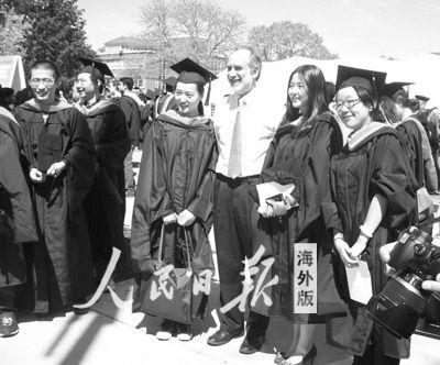 史密斯工程学院的中国留学生在毕业典礼后与教授合影