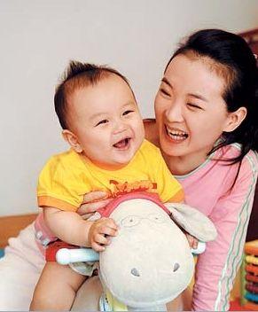 王艳和孩子在一起