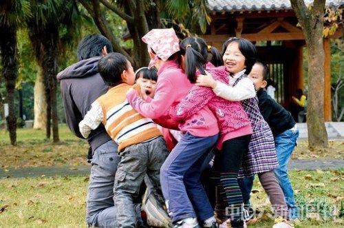 田志明和孩子们一起在南京玄武湖进行课外活动。图 受访者提供