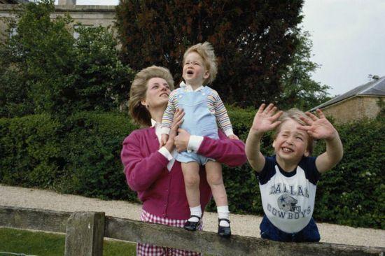 威廉(右)与母亲戴安娜、弟弟哈里的合影-威廉王子罕见成长照