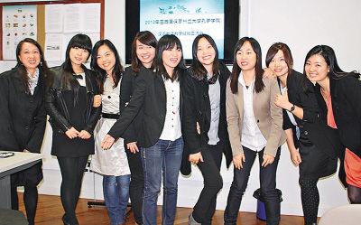 图为李莹莹(右二)和她的志愿者同事们
