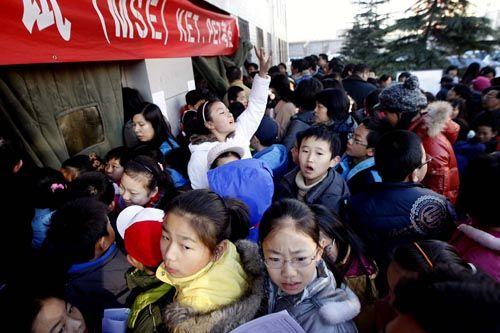"""2009年11月21日一大早,北京海淀区某英语考点,为""""小升初""""考英语证的2000多名孩子和家长拥堵在考场前,场面一度失控。"""