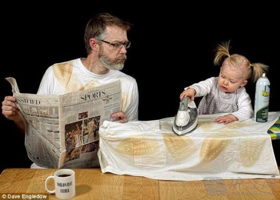 小Alice试着在她爸爸读报纸体育版的时候帮着熨衣服