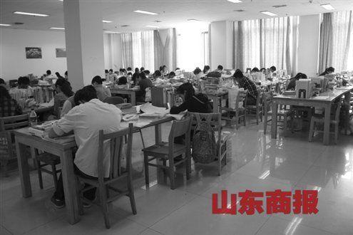 大学生月薪四百雇人占座 校园自习座成抢手货