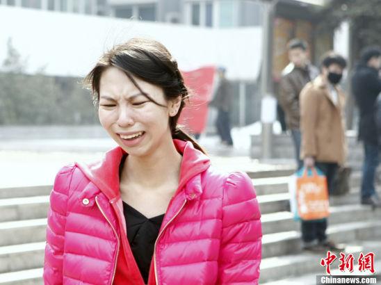 2013年02月26日,北京电影学院表现系招生初试放榜 一女考生发现自己落榜,难以接受,现场情绪失控,又喊又叫,最后和家人离开现场