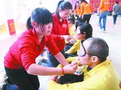 参加体验活动的学生们在给自己的父母喂饭。