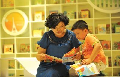 培优间隙,徐禾妈妈和孩子亲子共读。 记者李子云 摄