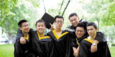 6月24日,同济大学在官网首页刊登了六名身穿学位服的男生照片。