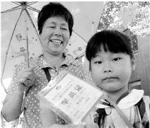 贺奶奶,60岁,家住下城区余官巷,每周三次陪外孙女参加美术兴趣班。