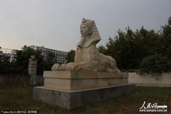 2013年8月10日,湖北武汉商贸职业学院内仿造的各国著名建筑,金字塔、斯芬克斯像、希腊众神像、凯旋门、白宫等一应俱全。白宫造型的教学楼、希腊众神像。楚鸣/CFP