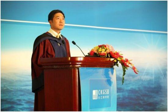 长江商学院战略学副教授兼副院长滕斌圣博士主持开学典礼