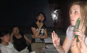 10岁时,美国女孩凯蒂第一次见到了安全套。23岁时,她在中国举办讲座,端来一桶黄瓜做道具,教100多名女大学生如何使用安全套