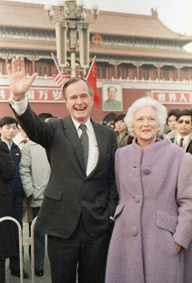 Former US President George H. W. Bush and Barbara Bush wave from Tiananman Square in Beijing, Saturday, Feb 25, 1989. 1989年2月25日,当时的美国总统乔治・赫伯特・沃克・布什和妻子芭芭拉・布什在北京天安门广场招手致意。