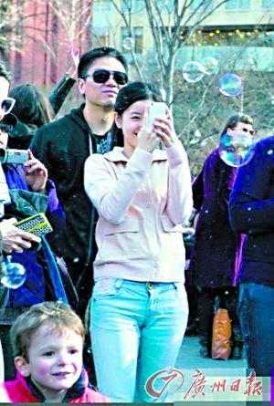 刘强东和奶茶妹在美国一起出行被拍