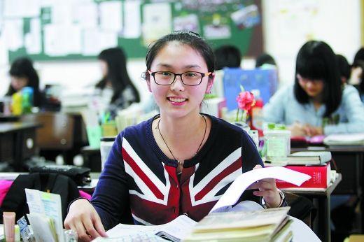 前天,王旎瑞在教室里复习,对即将到来的高考信心满满。 重庆晨报记者 许恢毅 摄