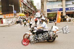交巡警送考车时刻准备为考生护航 重庆晚报记者 史宗伟 摄