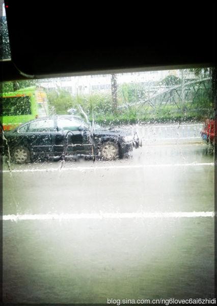 雨,让这个城市交通更堵塞。