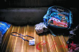 小罗的书包和学生证。本组图片由记者苏俊杰 实习生张斐怡 摄