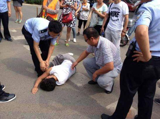 2014年7月31日,长时间在高温外下跪,有家长更是当场晕倒,被120急救车紧急送走,而当事方教育厅方面仍不予理睬。