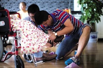 昨天,詹老师的学生帮他穿好鞋袜。