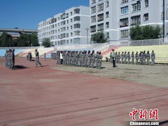 新疆农业大学新生军训第一课就是队列队形练习。王小军 摄