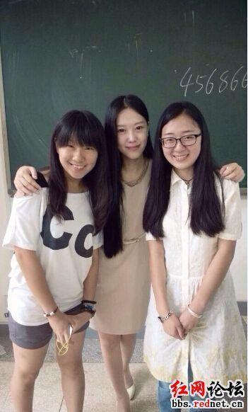 (孔玮和她的学生合影)