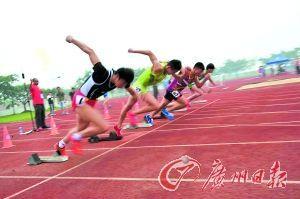初中生正在进行体育比赛。广州日报记者张宇杰摄