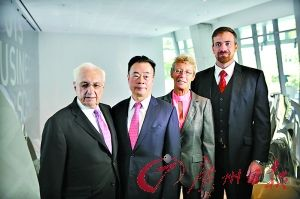 周泽荣博士(左二)、大楼设计师弗兰克·盖里(左一)与 ...