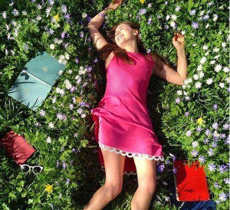 躺在草坪上休息,享受着周末的美好。