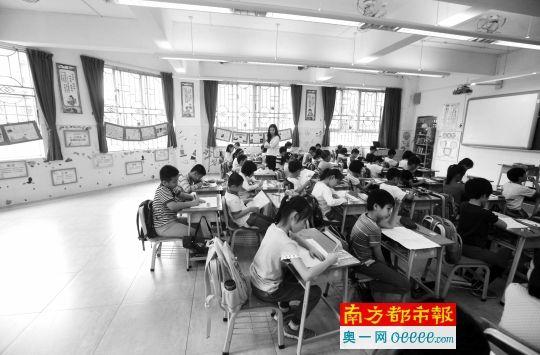 4月7日上午,广州市华景小学,一间图书室被改成课室。南都记者 冯宙锋 摄
