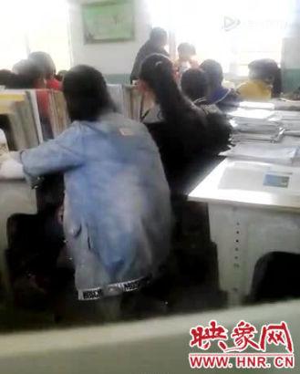 """4月18日,有网友视频爆料称:""""河南信阳潢川彭店中学男老师和女学生互殴""""。"""
