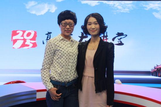 哈尔滨工业大学招生就业处副处长、招办主任邢朝霞(左)做客新浪